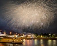Εορταστικά πυροτεχνήματα πέρα από τη Μόσχα Κρεμλίνο Στοκ φωτογραφίες με δικαίωμα ελεύθερης χρήσης