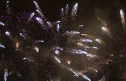 Εορταστικά πυροτεχνήματα σε μια μαύρη νύχτα Στοκ εικόνα με δικαίωμα ελεύθερης χρήσης