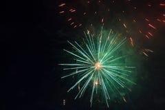 Εορταστικά πυροτεχνήματα σε πράσινο στα πλαίσια του νυχτερινού ουρανού Στοκ Εικόνες