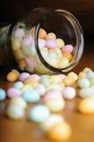Εορταστικά τζιν ζελατίνας Πάσχας πολύχρωμα μέσα και έξω από το βάζο στον ξύλινο πίνακα Στοκ Εικόνα