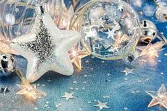 Εορταστικά φω'τα χριστουγεννιάτικων δέντρων, σφαίρες γυαλιού και αστέρι στην μπλε πλάτη Στοκ φωτογραφία με δικαίωμα ελεύθερης χρήσης
