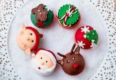Εορταστικά Χριστούγεννα cupcakes Στοκ εικόνες με δικαίωμα ελεύθερης χρήσης