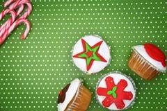 Εορταστικά Χριστούγεννα cupcakes Στοκ Φωτογραφίες