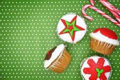 Εορταστικά Χριστούγεννα cupcakes Στοκ φωτογραφίες με δικαίωμα ελεύθερης χρήσης