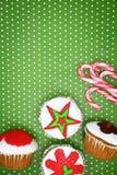 Εορταστικά Χριστούγεννα cupcakes Στοκ εικόνα με δικαίωμα ελεύθερης χρήσης