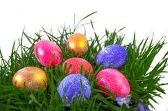 Εορταστικά χρωματισμένα αυγά για Πάσχα στοκ εικόνα με δικαίωμα ελεύθερης χρήσης