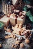Εορταστικά δώρα με τα κιβώτια, τα μπισκότα και τα καρύδια Συρμένο χιόνι Στοκ Εικόνα