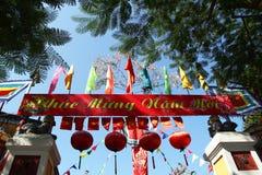 Εορταστικές ζωηρόχρωμες διακοσμήσεις σε ένα κτήριο για τον εορτασμό Tet - βιετναμέζικο νέο έτος στοκ φωτογραφίες