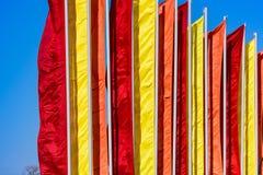 Εορταστικές σημαίες των διαφορετικών χρωμάτων Στοκ Φωτογραφίες