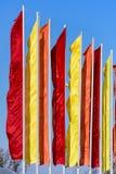 Εορταστικές σημαίες των διαφορετικών χρωμάτων Στοκ φωτογραφία με δικαίωμα ελεύθερης χρήσης