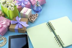 Εορταστική ανθοδέσμη τόξων κορδελλών σατέν δώρων κιβωτίων αφισών υποβάθρου του μπλε υποβάθρου smartphone ταμπλετών σημειωματάριων Στοκ εικόνα με δικαίωμα ελεύθερης χρήσης