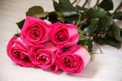 Εορταστική ανθοδέσμη των πορφυρών τριαντάφυλλων Στοκ εικόνες με δικαίωμα ελεύθερης χρήσης