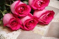 Εορταστική ανθοδέσμη των πορφυρών τριαντάφυλλων Στοκ Φωτογραφία
