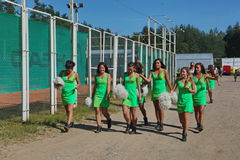 Εορταστική απόδοση των νέων όμορφων κοριτσιών το ΒΕΡΤΙΓΚΟ ομάδων στήριξης αθλητών (ίλιγγος) Στοκ Εικόνα