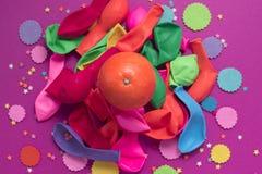 Εορταστική αφισών υπεριώδης ακτίνα υποβάθρου καρναβαλιού κομφετί μπαλονιών πορτοκαλιά Στοκ φωτογραφία με δικαίωμα ελεύθερης χρήσης