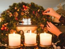 Εορταστική διακόσμηση διακοσμήσεων στεφανιών Χριστουγέννων στοκ φωτογραφία