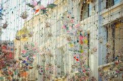 Εορταστική διακόσμηση της οδού με τις διακοσμητικές γιρλάντες και τα φω'τα στοκ εικόνα