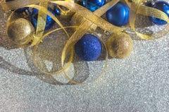 Εορταστική διακόσμηση των Χριστουγέννων και των νέων κορδελλών σφαιρών έτους μπλε χρυσών χρυσών και στοκ εικόνες