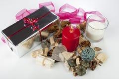 Εορταστική εποχιακή επίδειξη Χριστουγέννων με ένα ασημένιο τυλιγμένο παρόν Στοκ Εικόνες