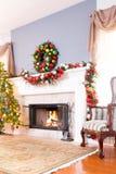 Εορταστική εστία Χριστουγέννων με το στεφάνι Στοκ εικόνα με δικαίωμα ελεύθερης χρήσης