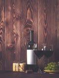 εορταστική διάθεση Κρασί και δώρα στον πίνακα Στοκ Εικόνες