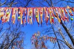 Εορταστική διακόσμηση των δέντρων με τις ζωηρόχρωμες κορδέλλες Στοκ Εικόνα