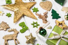 Εορταστική διακόσμηση Χριστουγέννων ανοικτό πράσινο, άσπρο και χρυσό σε ομο Στοκ Φωτογραφίες