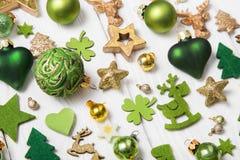 Εορταστική διακόσμηση Χριστουγέννων ανοικτό πράσινο, άσπρο και χρυσό σε ομο Στοκ εικόνες με δικαίωμα ελεύθερης χρήσης