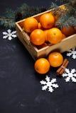 Εορταστική νέα σύνθεση έτους με tangerines στο κιβώτιο Στοκ φωτογραφία με δικαίωμα ελεύθερης χρήσης