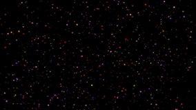 Εορταστική πτώση κομφετί Στρογγυλό κομφετί που απομονώνεται σε ένα μαύρο υπόβαθρο που μειώνεται κάτω από ομαλά και αργά Βιολέτα v απόθεμα βίντεο