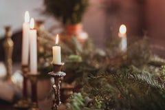 Εορταστική ρύθμιση επιτραπέζιων διακοσμήσεων Χριστουγέννων με το κάψιμο των κεριών και των κλάδων έλατου Στοκ φωτογραφίες με δικαίωμα ελεύθερης χρήσης