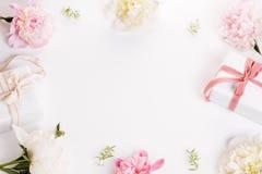 Εορταστική σύνθεση λουλουδιών στο άσπρο ξύλινο υπόβαθρο Overh Στοκ Εικόνες
