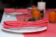 Εορταστική σύνθεση με τα κεριά και τα πιάτα πίνακας πιάτων πετσετών διακοσμήσεων Ένας όμορφος πίνακας που θέτει, κόκκινο επιτραπέ Στοκ Φωτογραφία