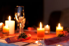 Εορταστική σύνθεση με τα κεριά και τα πιάτα πίνακας πιάτων πετσετών διακοσμήσεων Ένας όμορφος πίνακας που θέτει, κόκκινο επιτραπέ Στοκ Εικόνα