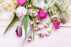 Εορταστική σύνθεση λουλουδιών στο άσπρο ξύλινο υπόβαθρο Υπερυψωμένη όψη Στοκ Εικόνες