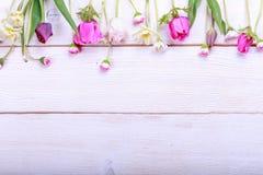 Εορταστική σύνθεση λουλουδιών στο άσπρο ξύλινο υπόβαθρο Υπερυψωμένη όψη Στοκ εικόνες με δικαίωμα ελεύθερης χρήσης