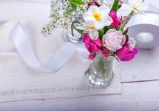Εορταστική σύνθεση λουλουδιών στο άσπρο ξύλινο υπόβαθρο Υπερυψωμένη όψη Στοκ φωτογραφία με δικαίωμα ελεύθερης χρήσης