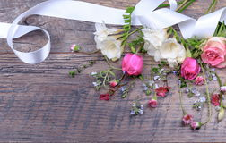 Εορταστική σύνθεση λουλουδιών στο άσπρο ξύλινο υπόβαθρο Υπερυψωμένη όψη Στοκ Φωτογραφία
