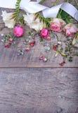 Εορταστική σύνθεση λουλουδιών στο άσπρο ξύλινο υπόβαθρο Υπερυψωμένη όψη Στοκ εικόνα με δικαίωμα ελεύθερης χρήσης