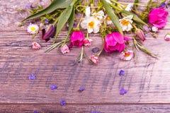 Εορταστική σύνθεση λουλουδιών στο ξύλινο υπόβαθρο Υπερυψωμένη όψη Στοκ φωτογραφία με δικαίωμα ελεύθερης χρήσης