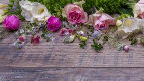 Εορταστική σύνθεση λουλουδιών στο παλαιό ξύλινο υπόβαθρο Υπερυψωμένη όψη Στοκ φωτογραφίες με δικαίωμα ελεύθερης χρήσης