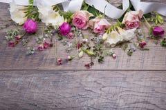 Εορταστική σύνθεση λουλουδιών στο παλαιό ξύλινο υπόβαθρο Υπερυψωμένη όψη Στοκ Φωτογραφίες