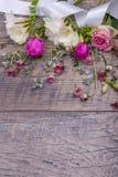Εορταστική σύνθεση λουλουδιών στο παλαιό ξύλινο υπόβαθρο Υπερυψωμένη όψη Στοκ Εικόνα