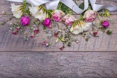 Εορταστική σύνθεση λουλουδιών στο παλαιό ξύλινο υπόβαθρο Υπερυψωμένη όψη Στοκ εικόνα με δικαίωμα ελεύθερης χρήσης