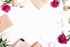 Εορταστική σύνθεση στο άσπρο υπόβαθρο: peonies λουλούδια, δώρα, στοκ εικόνες με δικαίωμα ελεύθερης χρήσης