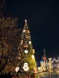 Εορταστικοί φωτισμοί στις οδούς της πόλης Χριστούγεννα στη Μόσχα, Ρωσία κόκκινο τετράγωνο στοκ εικόνες με δικαίωμα ελεύθερης χρήσης