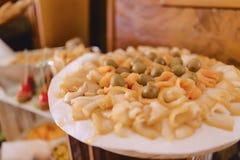 Εορταστικός αλμυρός μπουφές, ψάρια, κρέας, τσιπ, σφαίρες τυριών και άλλες ειδικότητες για τον εορτασμό των γάμων και άλλων γεγονό στοκ εικόνες με δικαίωμα ελεύθερης χρήσης
