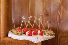 Εορταστικός αλμυρός μπουφές, ψάρια, κρέας, τσιπ, σφαίρες τυριών και άλλες ειδικότητες για τον εορτασμό των γάμων και άλλων γεγονό στοκ εικόνα με δικαίωμα ελεύθερης χρήσης