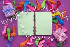 Εορταστικός κορεσμός σημειωματάριων ταινιών μπαλονιών δώρων ρύθμισης της υπεριώδους ακτίνας υποβάθρου στοκ φωτογραφία