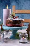 Εορταστικός πίνακας διακοπών με το αγγλικό κέικ φρούτων Χριστουγέννων ύφους Στοκ φωτογραφία με δικαίωμα ελεύθερης χρήσης
